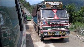 Sur la route du Parc national de Chitwan, camion typique népalais