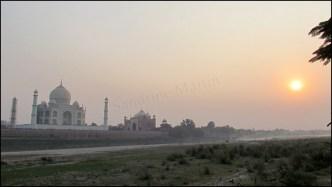 Agra - Jardin 'Mehtabh Bagh', vue sur le Taj Mahal