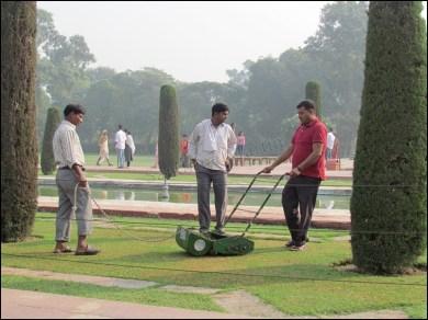 Agra - Taj Maha, entretien des abords