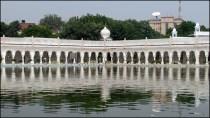 Delhi - Temple 'Gurudwara Bangla Sahib', extérieur