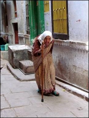 Varanasi - Au hasard des rues, petite dame
