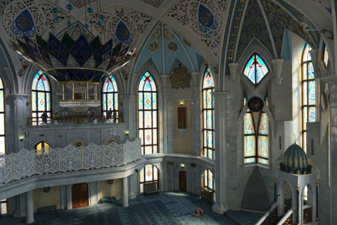 モスクでお祈りする信徒