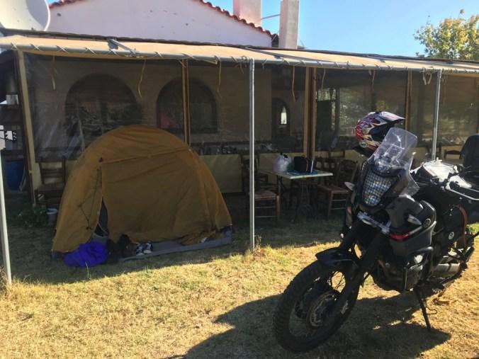 軒下へテントを張った