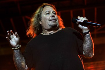Vince Neil - Watch Vince Neil Perform MÖTLEY CRÜE Classics With Sammy Hagar & The Circle In Tinley Park