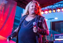 Vince Neil - MÖTLEY CRÜE's Vince Neil Photographed In Tennessee Church For Christmas