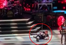 "Axl Rose Falls - Watch GUNS N' ROSES Axl Rose Falls On Stage While Performing ""Knockin' On Heaven's Door"""