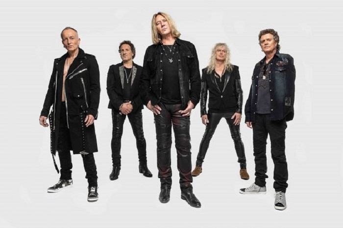 Def Leppard - Fans Accuse DEF LEPPARD Of Making Money Off The Back Of A Pandemic