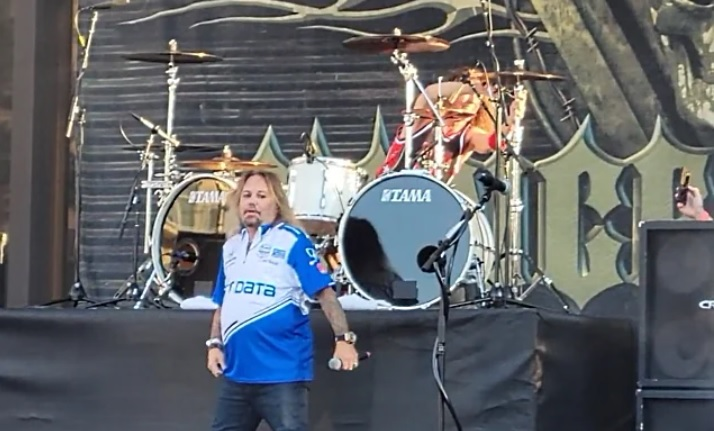 Vince Neil - Here's The New Live Footage of VINCE NEIL Singing Off-Key, Mumbling & Out of Breath