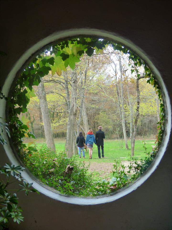 Trois personnes de dos à travers une fenêtre.