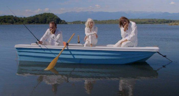 Le trouple est dans une barque