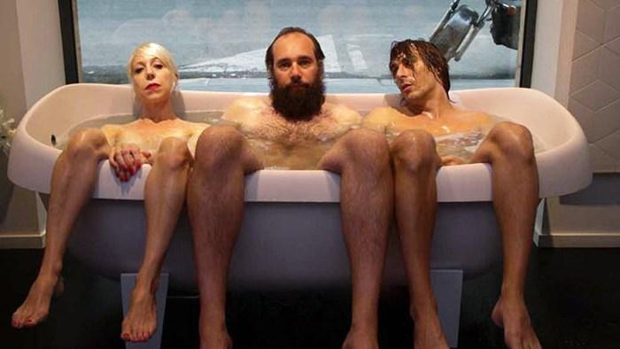 Le trouple queer dans une baignoire