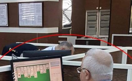 Gömrük əməkdaşı vətəndaşları gözlədib özü oyun oynayır - FOTO
