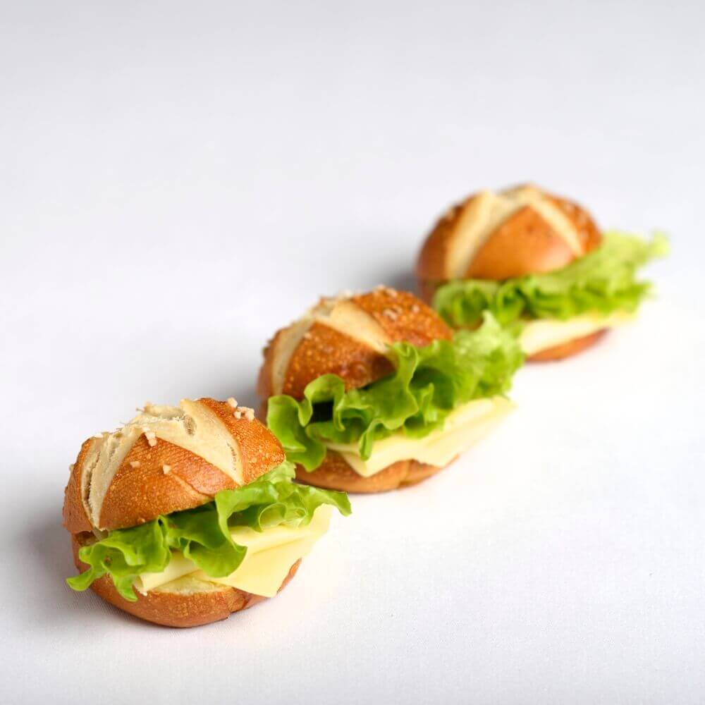 Laugenbroetchen mit Kaese und Salat