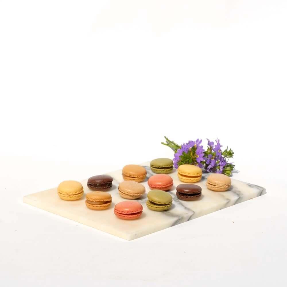 Macarons auf Mamorplatte