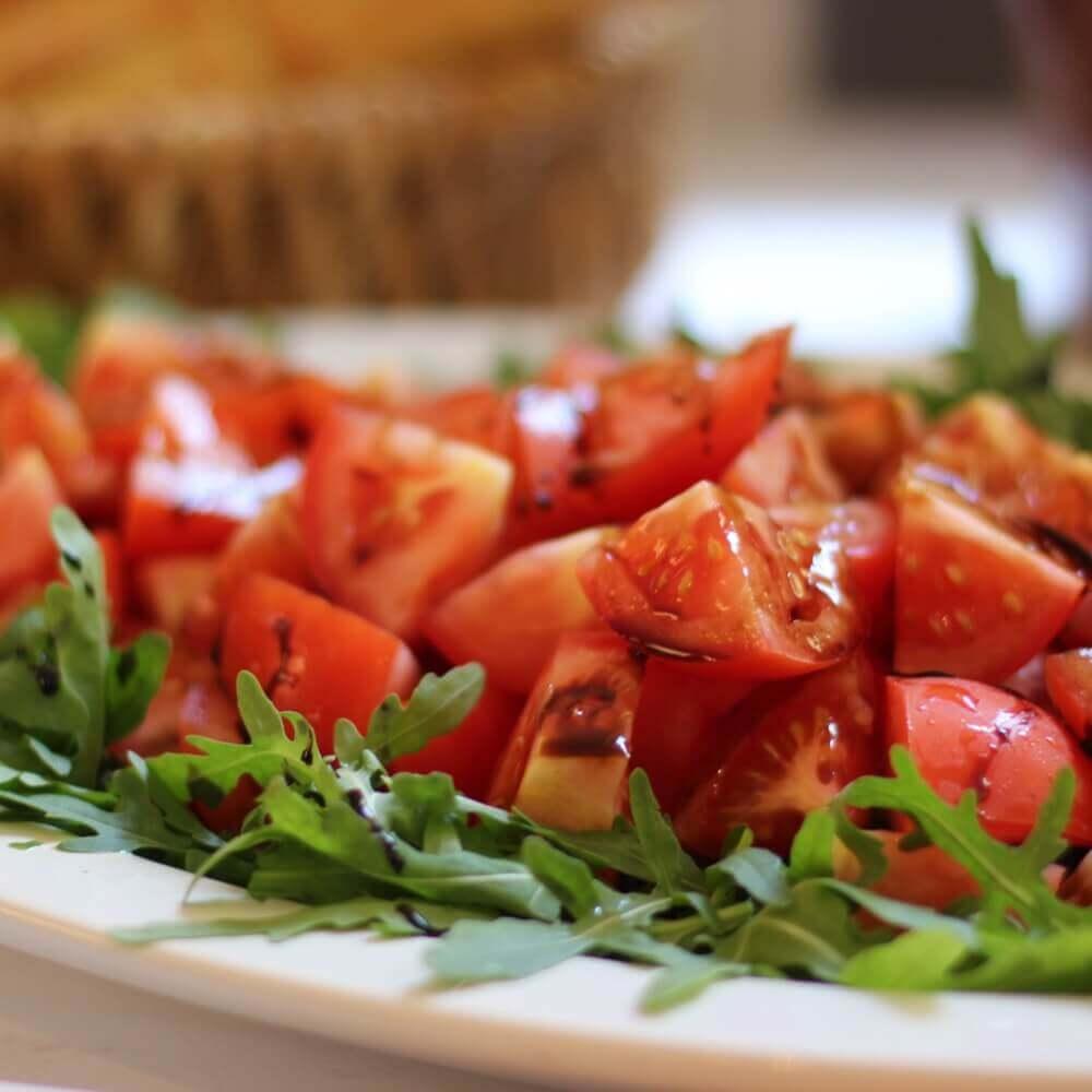Tomatensalat auf Rucola mit Crema di Balsamico