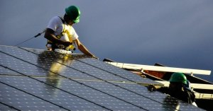 Workers set up a solar PV power system. (Photo: Team Massachusetts 4D Home/flickr/cc)