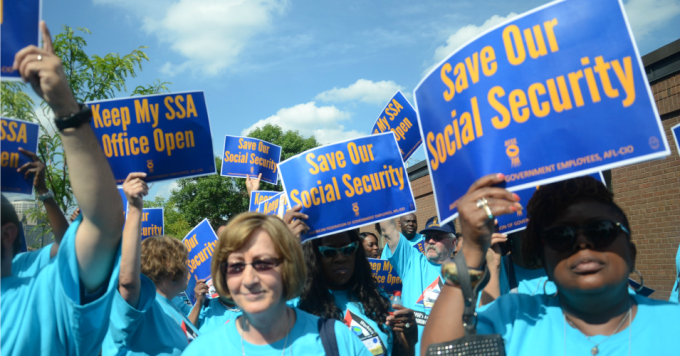 Hundreds of union activists rally at the Minneapolis Social Security Field Office on Wednesday, August 27, 2014. (Photo: AFGE/Flickr/cc)