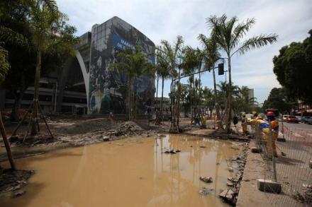 RÍO DE JANEIRO (BRASIL), 06/03/2013.- Asepcto de una de las obras del estadio de fútbol Maracanã este 6 de marzo de 2013, afectada por el temporal que castigó anoche a Río de Janeiro (Brasil). EFE/ Marcelo Sayão