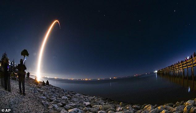 SpaceX ha lanzado otros 60 satélites Starlink, incluyendo uno antirreflectante para tranquilizar a los astrónomos descontentos por la interferencia con la visión en sus telescopios