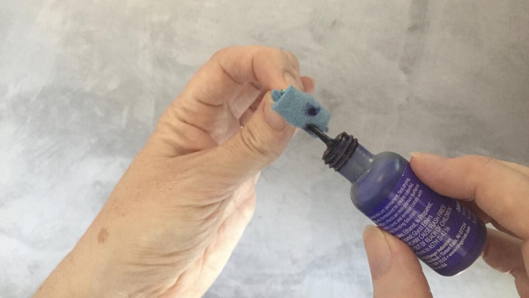 Putting ink on the homemade alcohol ink applicator