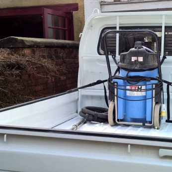 Suzuki Carry DD51T carrying an industrial vacuum cleaner