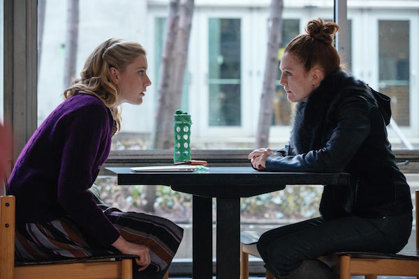 Maggie's Plan Movie Review: Greta Gerwig and Julianne Moore sitting opposite each other in a New York cafe