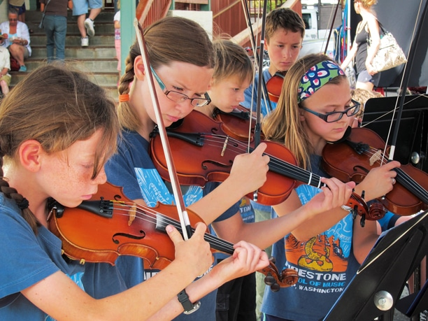 Liv Aspholm, Lena Nelson, Gedi Weidig, Zachary Strong and Keeley Brooks entertained at the Methow Valley Farmers Market. Photo by Don Nelson