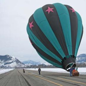 The crew of the Outer Limits balloon and bystanders work to bring her back to earth. Photo by Darla Hussey