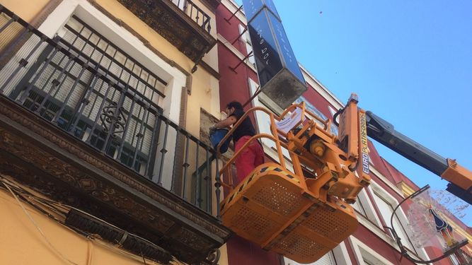 El Ayuntamiento restaura los azulejos de José Gestoso