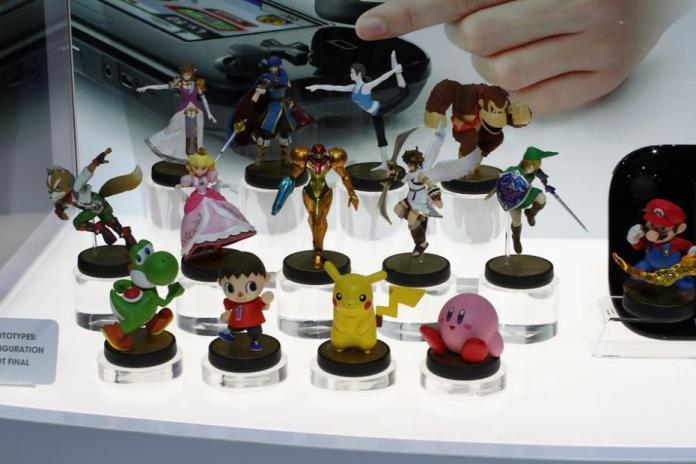 """Versiones """"Prototipo"""" de los Amiibo. Nótese que Link no se apoya sobre esa horrible columna de color amarillo pipí."""