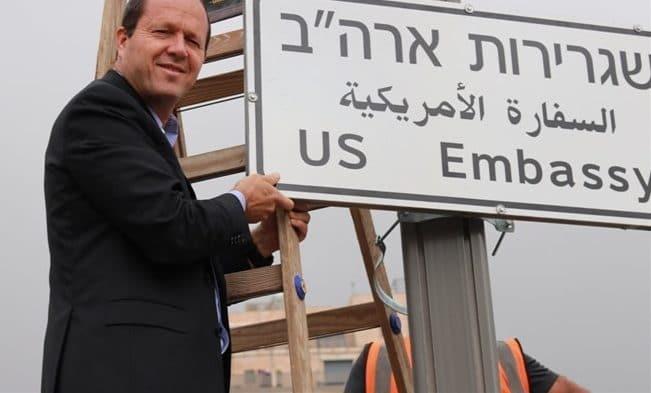 نير بركات إلى جانب اللافتة الجديدة (مواقع إسرائيلية)