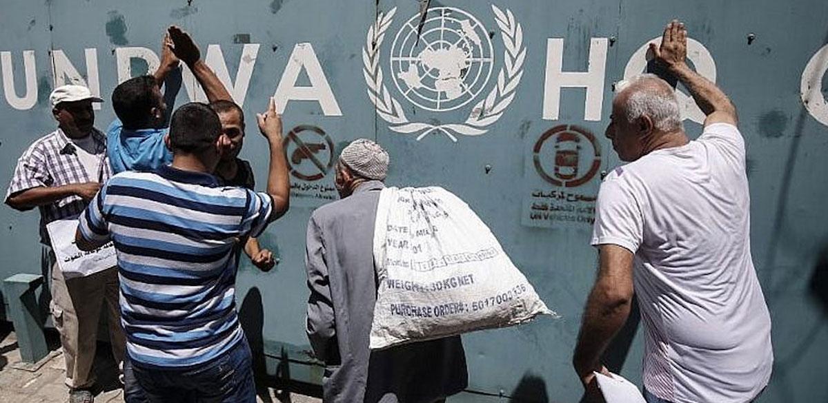 محتجّون ضد تقليص موظّفي الأونروا في غزّة في يوليو/ تموز الماضي (تصوير: AFP).