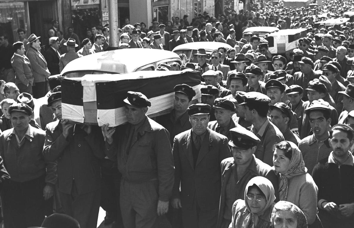 """من جنازة قتلى هجوم """"معاليه عقرفيم"""" (أرشيف مكتب الصحافة الحكومي الصهيوني)."""