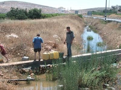 بدون شبكات صرف صحيّ: كيف يتدبَّر الفلسطينيون أمرهم؟