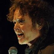 Plane scare for Simply Red star