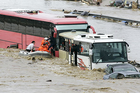 Heavy rains: Passengers are rescued from a coach in Ikitelli, Istanbul