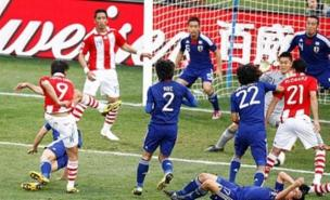 Paraguay's Roque Santa Cruz tries to break the deadlock (Allstar)
