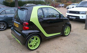 Andre Santos shows off pimped out Smart Car at Arsenal base