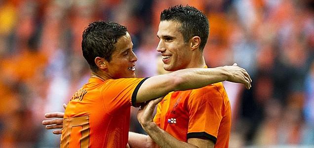 Ibrahim Afellay (L) celebrates with teammate Robin Van Persie