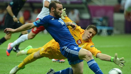 Greek forward Dimitris Salpingidis (L) scores past Polish goalkeeper Wojciech Szczesny