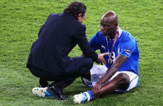 Mario Balotelli speaks with Cesare Prandelli