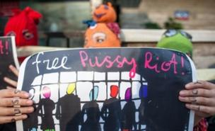 Protestors are calling for the release of the three Pussy Riot members (Picture: WOJTEK RADWANSKI/AFP/GettyImages)