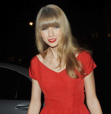 Taylor Swift turns on the Christmas lights at Westfield shopping centre
