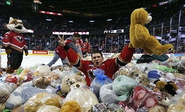 Calgary Hitmen's goal celebrated by avalanche of 26,000 teddy bears