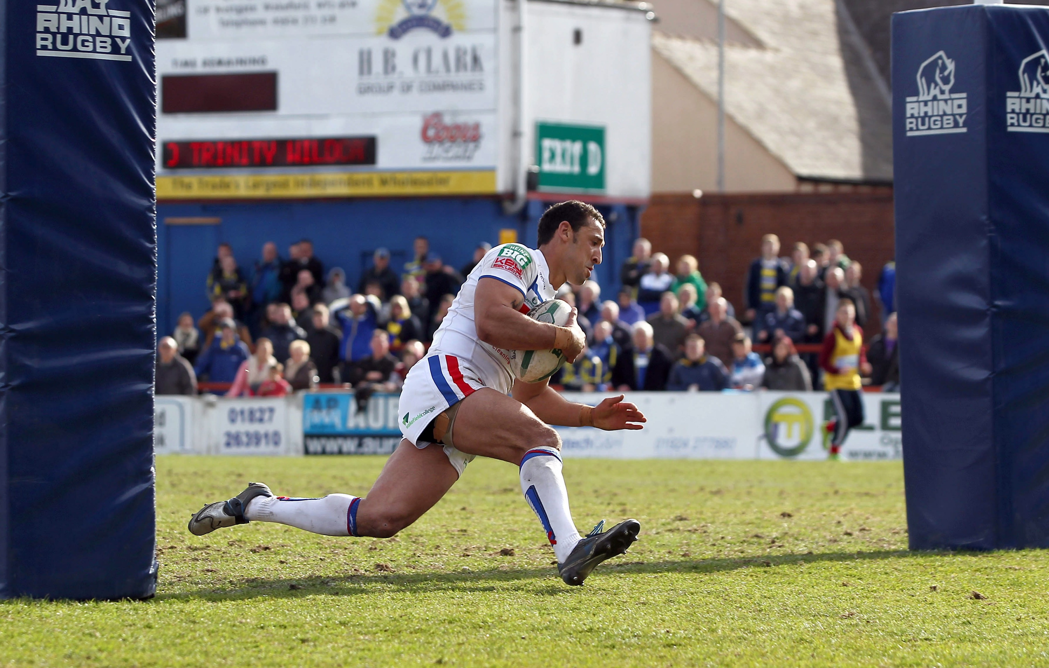 Kevin Brown brace helps Wakefield leapfrop Widnes in Super League