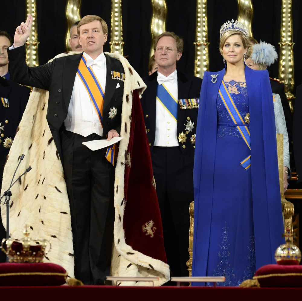 epa03682388 King Willem-Alexander raises his right hand as he swears to uphold the Dutch constitution during his investiture ceremony next to Queen Maxima in the Nieuwe Kerk or New Church in Amsterdam, The Netherlands, 30 April 2013. Royal Highness Princess Beatrix of the Netherlands in an official act on 30 April signed her abdication to leave the Dutch throne to her eldest son Prince Willem-Alexander who became the new King of the Netherlands the same day. Dutch King Willem-Alexander becomes the first male monarch in the country in 123 years.  EPA/LEX VAN LIESHOUT / POOL
