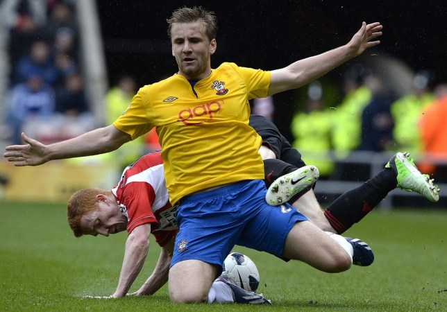 Sunderland's Jack Colback (L) challenges Southampton's Luke Shaw during their English Premier League soccer match in Sunderland, northern England May 12, 2013. REUTERS