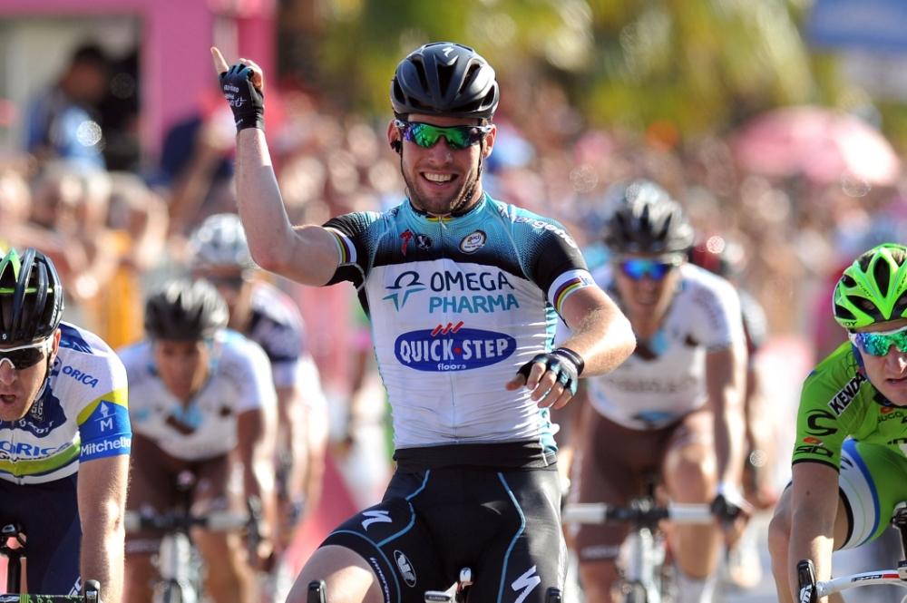 Mark Cavendish regains red jersey in Giro d'Italia but Sir Bradley Wiggins feels the heat