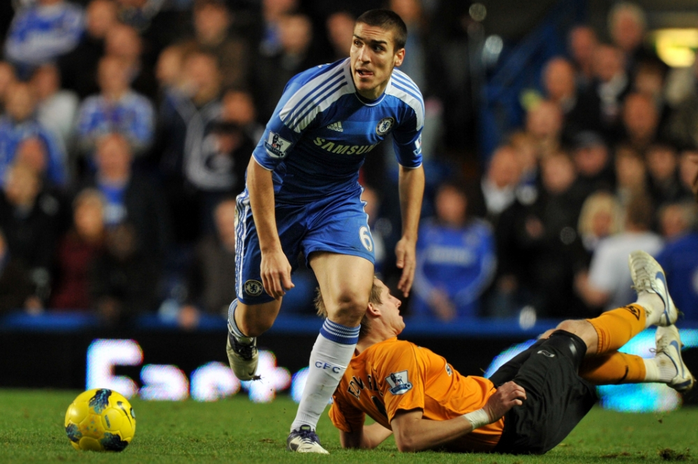 Chelsea's Spanish midfielder Oriol Romeu (L) vies with Wolverhampton Wanderers' English midfielder Matthew Jarvis (R) during the English Premier League football match between Chelsea and Wolverhampton Wanderers at Stamford Bridge in London.   AFP PHOTO/BEN STANSALL RESTRICTED TO EDITORIAL USE. No use with unauthorized audio, video, data, fixture lists, club/league logos or ìliveî services. Online in-match use limited to 45 images, no video emulation. No use in betting, games or single club/league/player publications. (Photo credit should read BEN STANSALL/AFP/Getty Images)