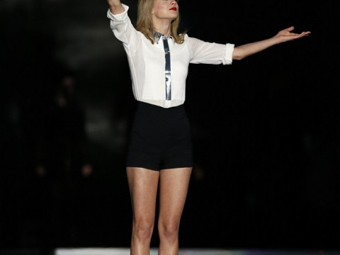 Hey big tipper: Taylor Swift leaves £300 for waitresses after forking out on slap up meal for tour crew